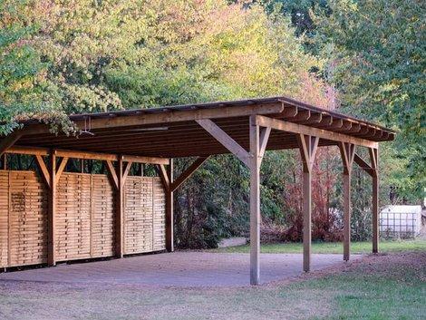 Carport bauen, großer Carport aus Holz mit Rückwand, Foto: Matthias / stock.adobe.com