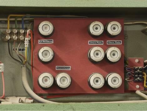 Elektroinstallation, ein alter Sicherungskasten mit Drehsicherungen, Foto: flucas / stock.adobe.com