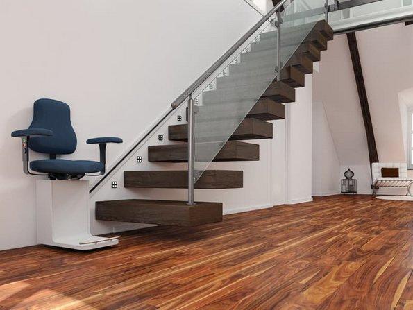 Mehrgenerationenhaus, moderne Treppe mit Lift, Foto: Robert Kneschke / stock.adobe.com