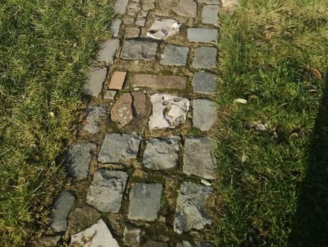 Gartenweg anlegen, Bruchsteine, Foto: Steffen Malyszczyk