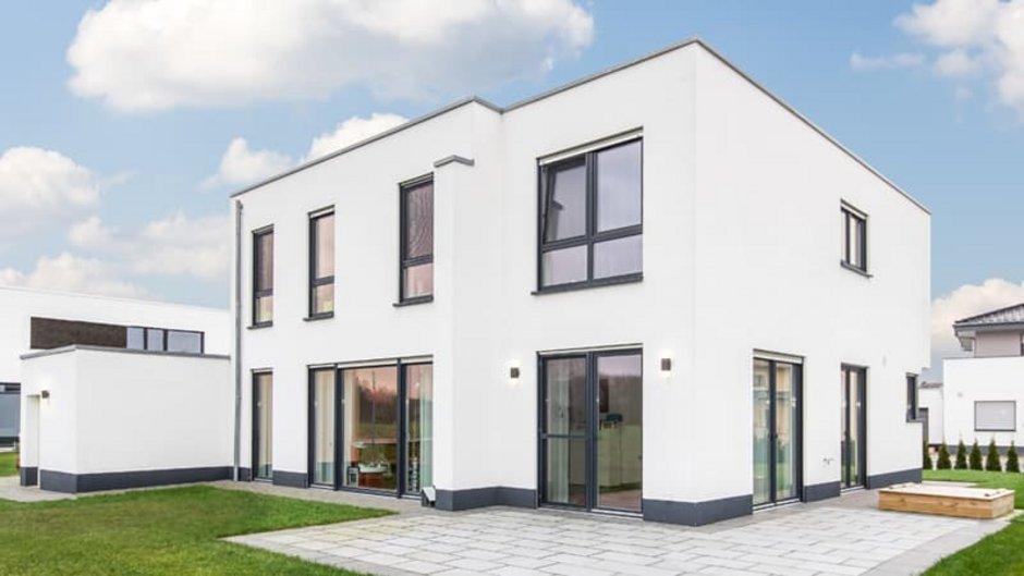 Flachdachhaus, Neubau schräg von der Seite fotografiert, Foto: Susanne Buchholz / stock.adobe.com