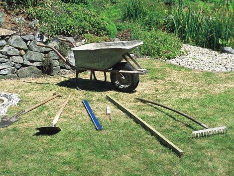 Teich selber bauen, Gartenteich anlegen, Werkzeug, Foto: OASE GmbH