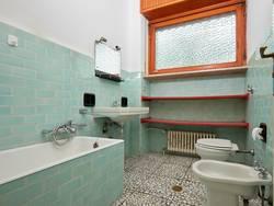 Fliesen verputzen, altes Badezimmer mit pastellig türkisfarbenen Fliesen, Foto: andersphoto / stock.adobe.com