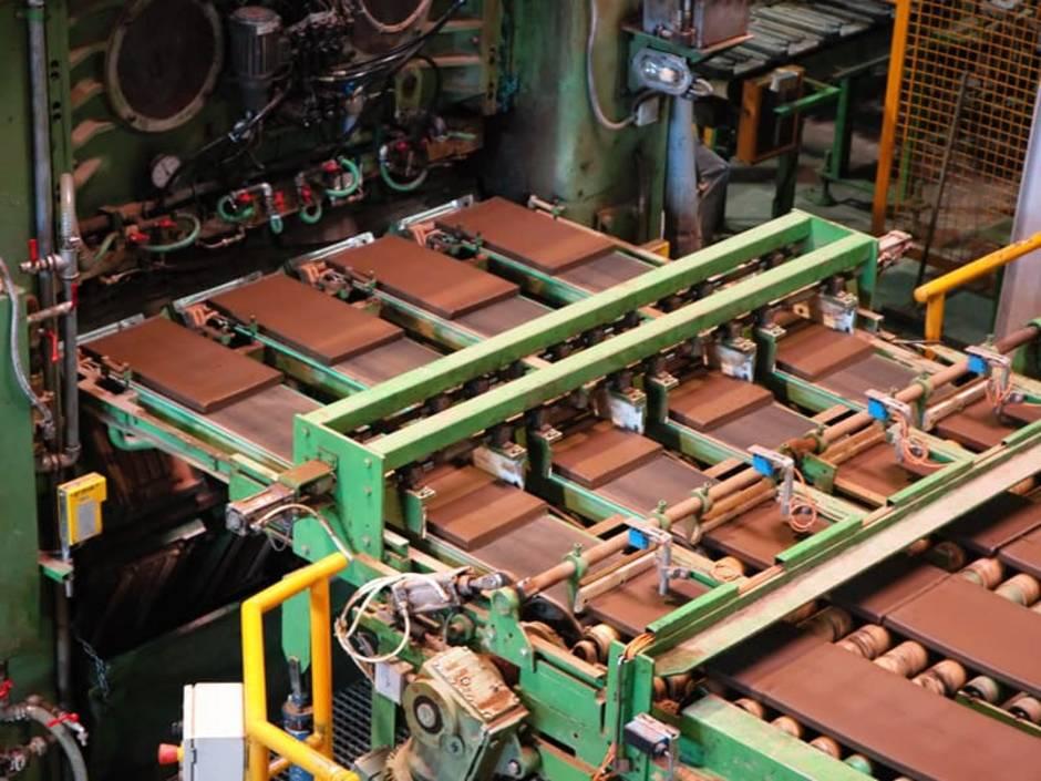 Dachziegel, Maschine zur Herstellung von Dachziegelsteinen, Foto: Artvark Film / stock.adobe.com