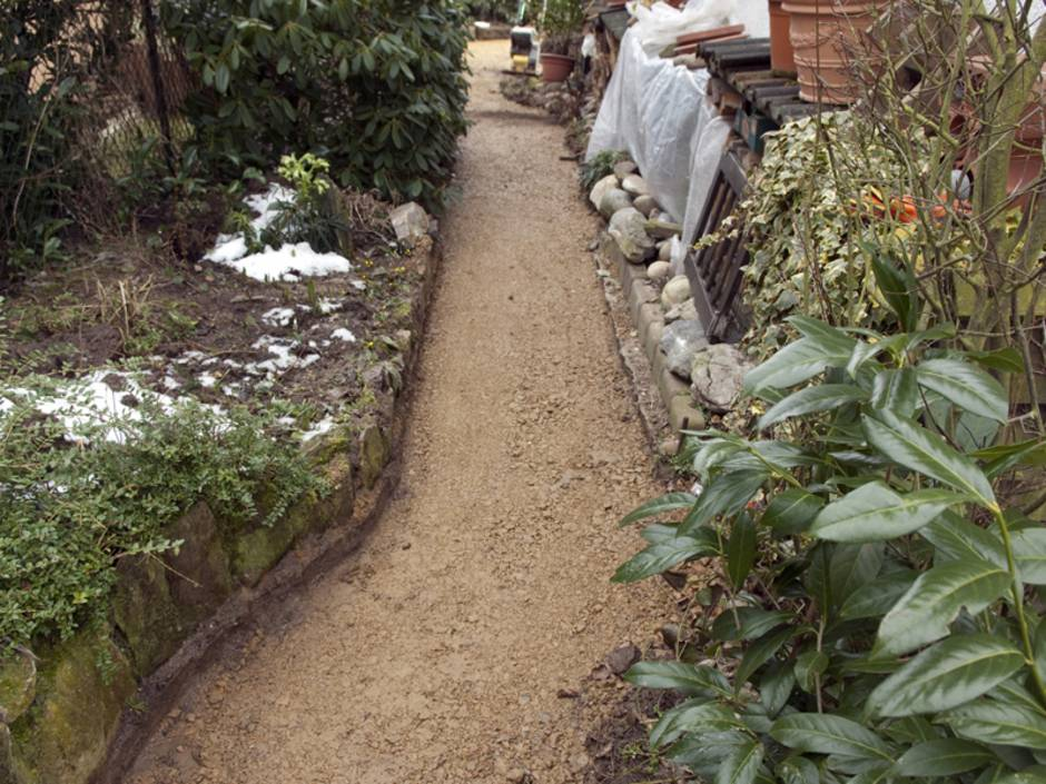 Gartenweg anlegen, Weg ausheben und mit Schüttgut füllen, Foto: Ruckszio / stock.adobe.com
