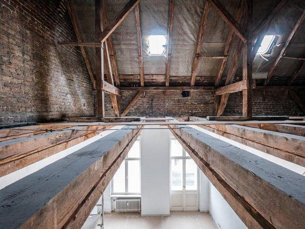 Dämmung oberste Geschossdecke, großer Dachraum mit Holzbalkendecke, Foto: hanohiki / stock.adobe.com