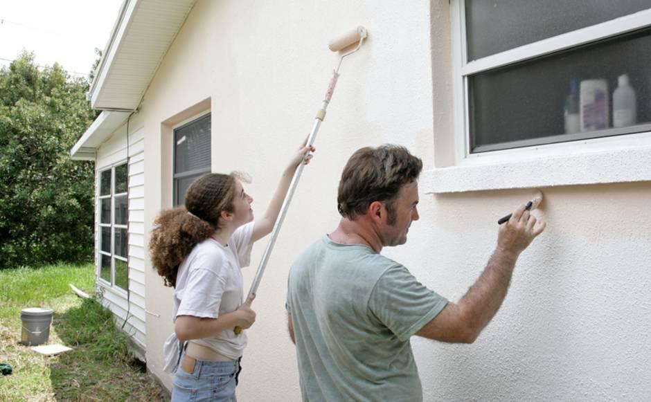 Fassade streichen, Vater und Tochter streichen die Fassade, Farbroller, Pinsel, Foto: iStock / lisafx