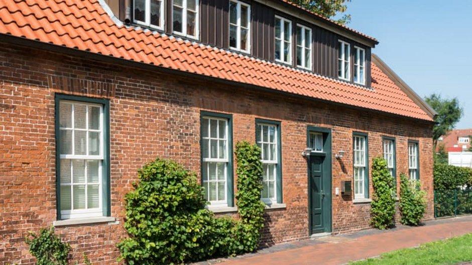 Fassadenvarianten, altes einstöckiges Haus mit Klinkerfassade, schräg von der Seite fotografiert, Foto: Eberhard / stock.adobe.com