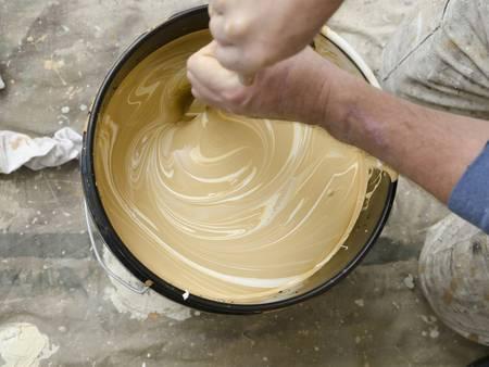 Farbe und Lack, Farbeimer, Farbe anrühren, Foto: MPKphoto / iStock