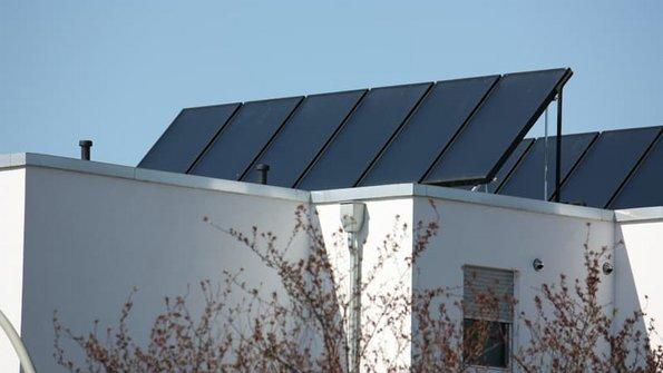 Flachdachhaus, Haus mit Flachdach und Solarmodulen darauf, Foto: Ralf Urner / stock.adobe.com
