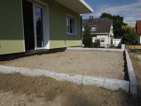 Terrassenbau, Terrasse ohne Belag, aber mit Randsteinen eingefasst, Foto: akzepthaus.de