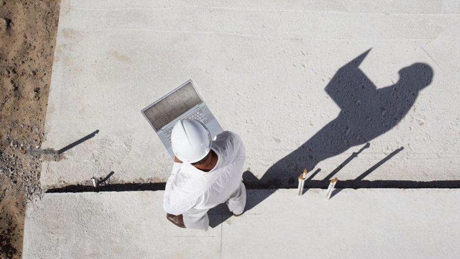 MaBV, Zahlungsplan, Arbeiter mit Bauplan, von oben fotografiert, Foto: istock.com/Martin-Baurrad