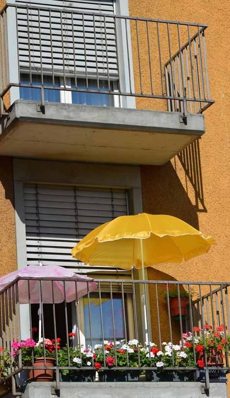 kleiner Balkon, Sonnenschirme, Foto: celeste clochard/fotolia.com