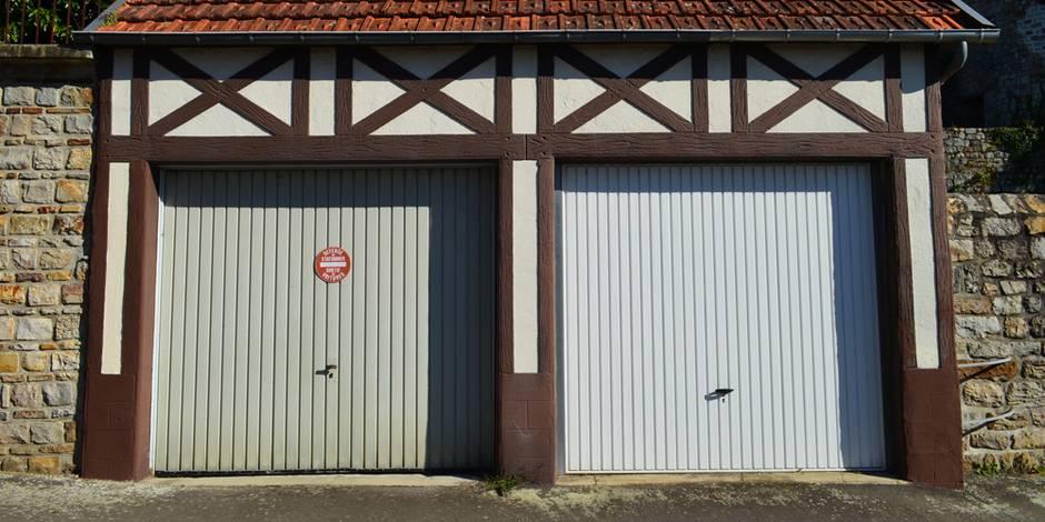 Garagentore, Doppelgarage mit Fachwerkfassade und zwei Schwingtoren, Foto: david-bgn / fotolia.com