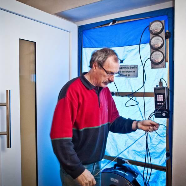 Mängelrüge, Mängelbeseitigung, Baumangel, Luftdicht, Blower-Door-Test, Foto: Bauherren-Schutzbund e.V.