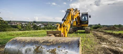 Bauträger, Bagger auf Bauland, Foto: Bernd Leitner / fotolia.de