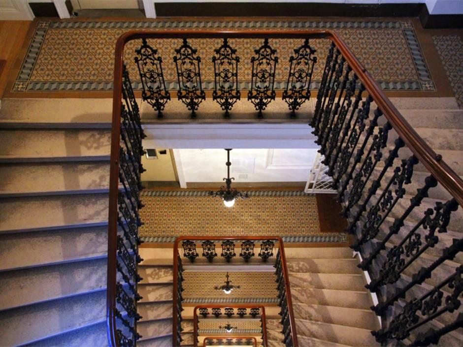 Denkmalschutz, Treppenhaus eines Mehrfamilienhauses, Foto: BrendanHunter / iStock