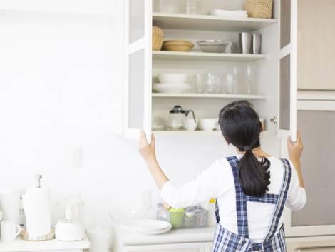 Tacos, tacos reales, mujer frente a un armario de cocina abierto y lleno