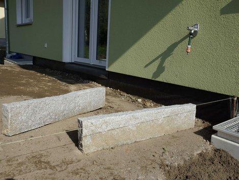 Terrassenbau, zwei Randsteine aus Granit, die Schnur zur genauen Ausrichtung ist bereits gespannt, Foto: akzepthaus.de