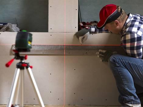 Leichtbauwand, Trockenbauwand, Bauarbeiter überprüft eine Trockenbauwand, Foto: artursfoto / iStock