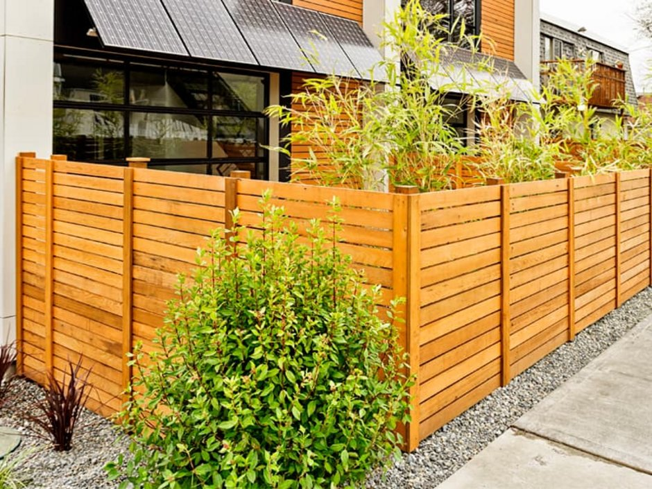 Sichtschutz, modernes Doppelhaus mit kleinen Gärten und Sichtschutzzaun, Foto: jhorrocks / iStock