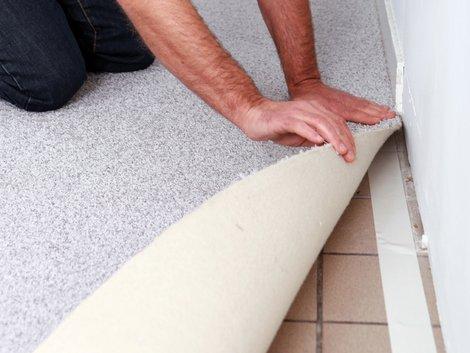 Teppich verlegen, Teppich befestigen, Verlegebänder, Foto: auremar / stock.adobe.com