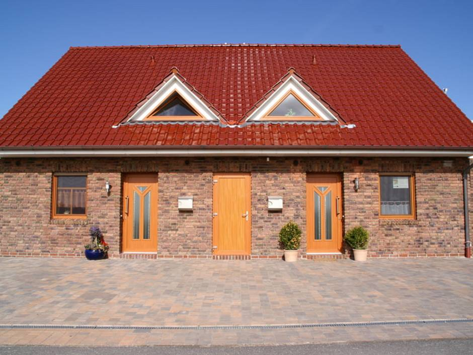 Doppelhaus, Klinkerfassade mit drei Türen, Foto: stock.adobe.com / Anne Katrin Figge