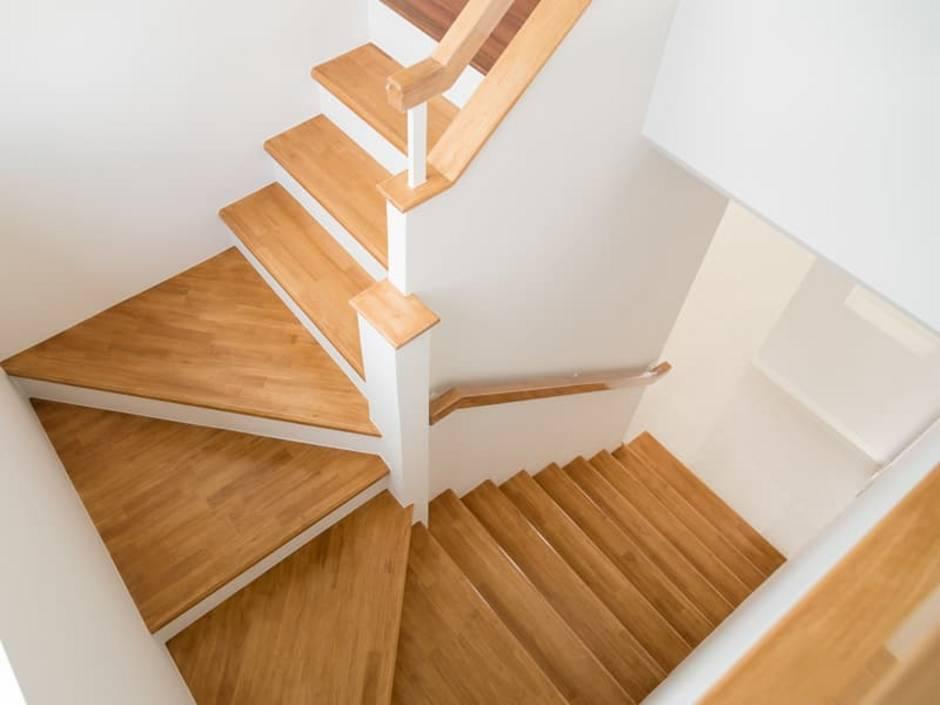 Treppenberechnung, geschlossene, zweiläufige Treppe, von oben fotografiert, Foto: fotolismthai / stock.adobe.com