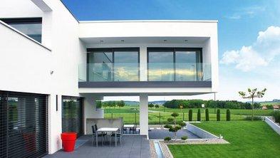 Bauhaus, Bauhausstil, moderne Bauhausvilla mit großem Überbau im Obergeschoss, Foto: altix5 / stock.adobe.com