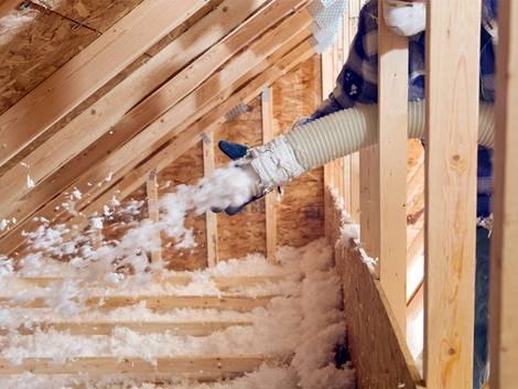Fußbodendämmung, Zellulose wird in eine Dachschräge geblasen, Foto: BanksPhotos / iStock