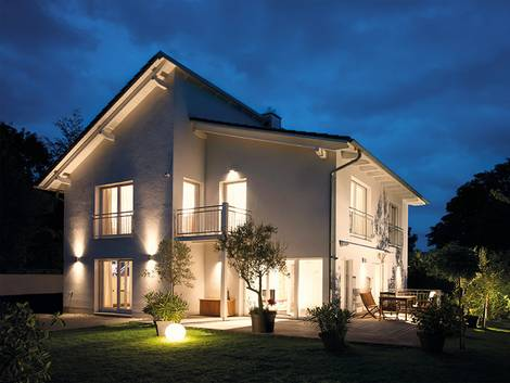 Smart Home, Beleuchtung, Haus bei Nacht, Foto: QIVICON