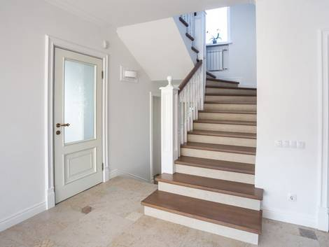 Treppenbau, DIN 18065, Holztreppe in U-Form mit geschlossenen Stufen. Foto: stock.adobe.com / Ivan Tsyrkunovich