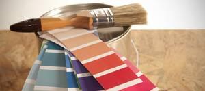 Wand und Boden, Farbeimer, Pinsel, Farbkarten, Foto: polarica / iStock