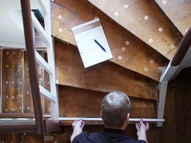 Laminat auf Treppen verlegen, präzises ausmessen, Foto: BHK Holz- und Kunststoff KG H. Kottmann