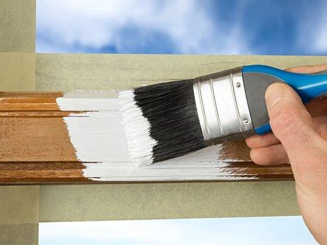 Holzfenster streichen, Pinsel mit weißem Lack in Nahaufnahme, Foto: stockphoto-graf / stock.adobe.com