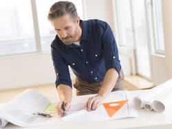 Architekt, HOAI Leistungsphasen, Architekt plant ein Gebäude, Foto: tetmc / iStock