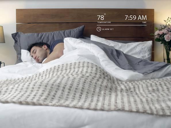 Smart Home, Schlafzimmer, Mann schläft in seinem Bett, Matratze mit Sensoren, Foto: Luna