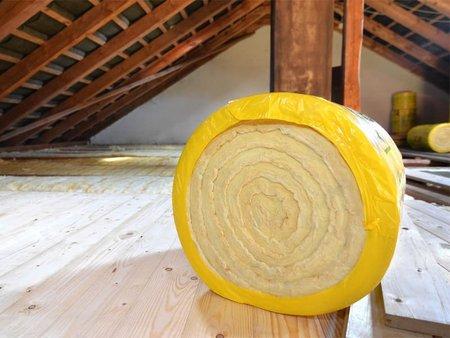 Dachdämmung, Rolle Dämmwolle auf einem Dachboden, Foto: Mister G.C. / stock.adobe.com