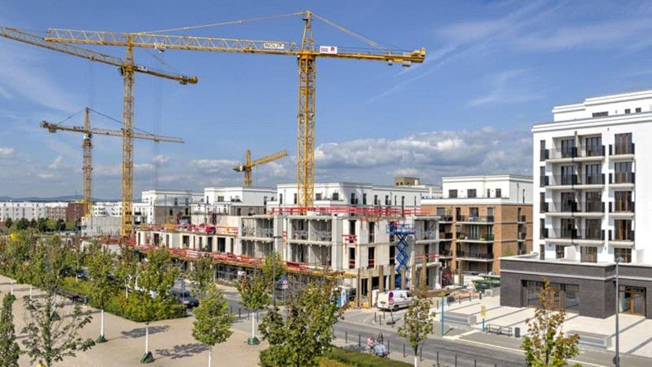 Mehrfamilienhaus, große Baustelle in Frankfurt aus der Ferne mit Weitwinkel fotografiert, Foto: Frank Wagner / stock.adobe.com