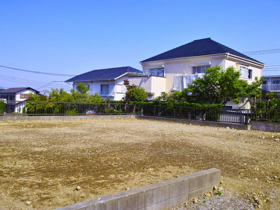 Doppelhaus, unbebautes Grundstück, im Hintergrund ist eine Wohnsiedlung zu erkennen, Foto: stock.adobe.com / 7maru