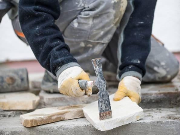 Terrassenplatten verlegen, diy, Platten zuschneiden. Foto: Jörn Buchheim - fotolia.com