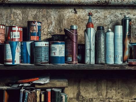 Werkstatt einrichten, Farben und Lacke auf einem Regalbrett, Foto: WinThom / iStock
