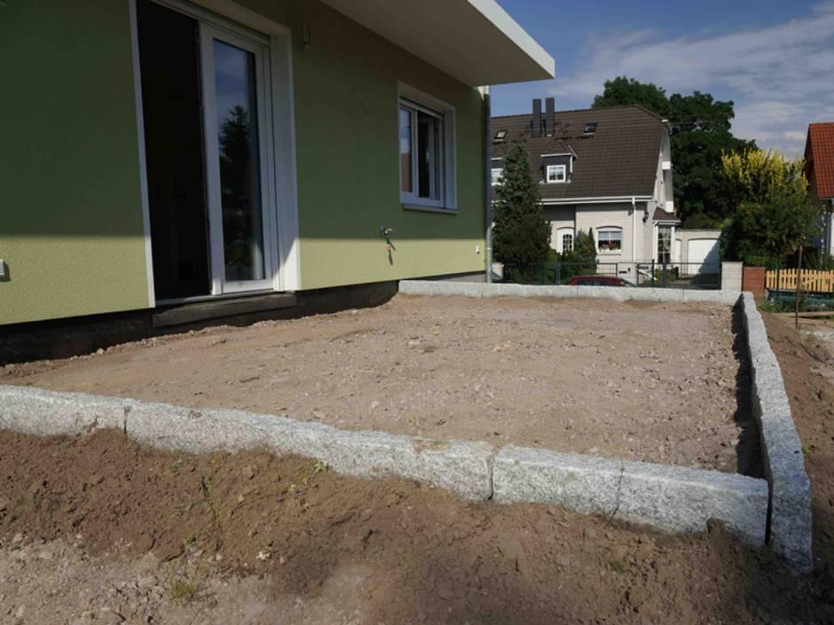 Terrasse pflastern, Pflastersteine verlegen, Terrasse bauen, Randsteine, Foto: Steffen Malyszczyk