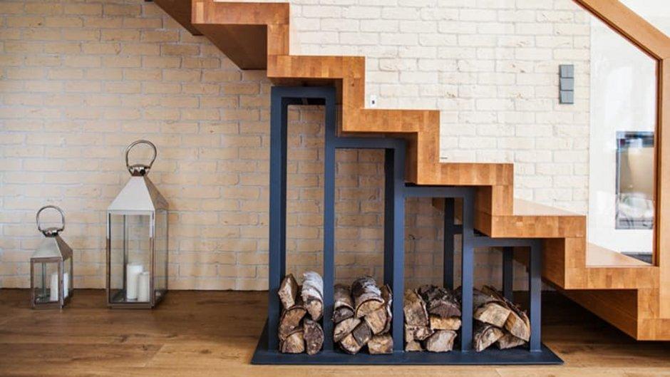 Treppen, Holztreppe mit Holzlager darunter, Foto: kopikoo / stock.adobe.com