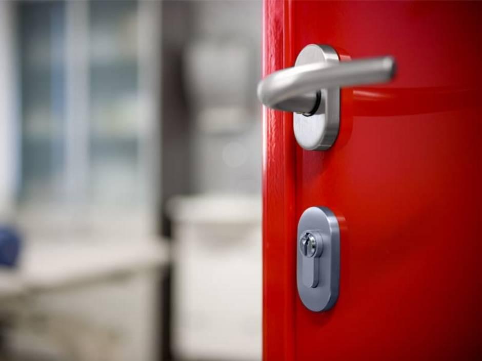 Türen streichen, rote Eisentür in Nahaufnahme, Foto: naphtalina / iStock