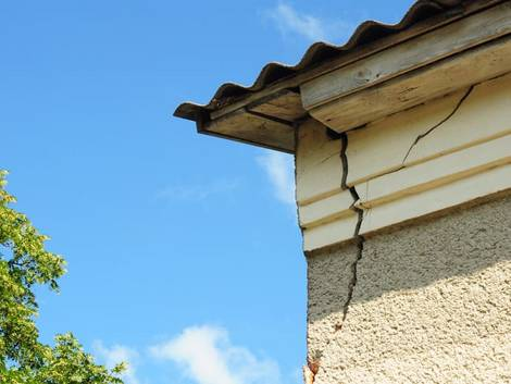 Altbau kaufen, großer Riss in der Fassade, unmittelbar unter dem Dach, Foto: bildlove / stock.adobe.com