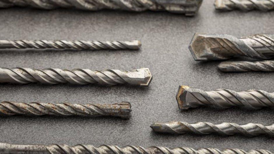 richtig bohren, verschiedene Steinbohrer auf einer grauen Oberfläche, Foto: kakmyc / stock.adobe.com