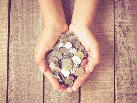 Förderungen, offene Hände halten Münzen, Foto: Nattapol_Sritongcom / stock.adobe.com