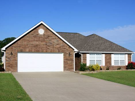 Bodenbelag Einfahrt, amerikanisches Haus mit Klinkerfassade und betonierter Einfahrt, Foto: iStock / JTGrafix