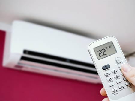 Klimaanlagen, dezentrales Splitgerät, Fernbedienung, Foto: simpson33 / iStock